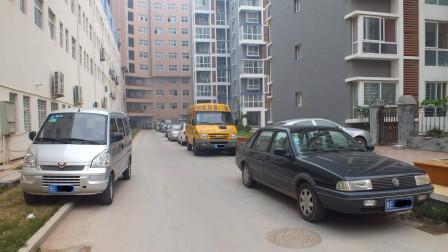 窄路上侧方停车时,怎样靠近路边而不会蹭到轮胎?看好这个位置就能完美停车