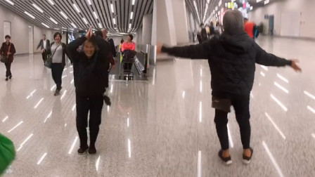 """8旬老太机场归来走出""""六亲不认""""步伐:龙床不如狗窝"""