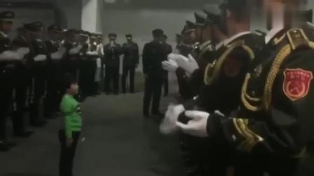 暖萌小男孩送给军人一首歌,引来兵哥哥一起拍手伴奏!好甜