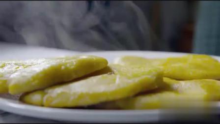 舌尖上的中国 在东北一桌好菜离不开鱼,炖鱼时周围还贴上玉米饼子