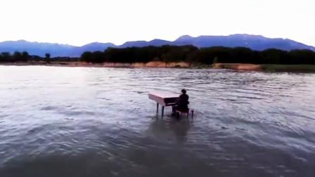 唯美大气有意境!小哥哥在海边弹钢琴!