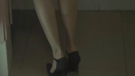 女子上洗手间,却发现同事脚后跟抬起来了,这情景绝对有情况