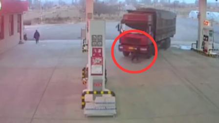 """""""无人驾驶""""车辆溜进加油站 驾驶员拦车卷入车底"""