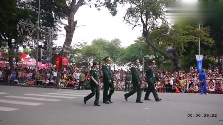 """很难相信,越南""""山寨""""中国阅兵,但是女兵正步踢的很惊艳"""