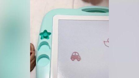 """夫妻俩给孩子画小汽车 妈妈使出物理外挂画""""加长凯迪拉克""""完胜"""