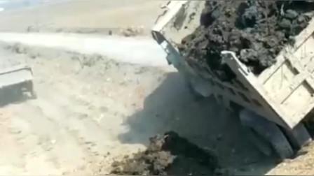 大货车溜车之后,车轮陷入土里,快速侧倾吓坏后车司机!