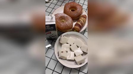 甜甜圈、培根鸡蛋卷、红豆椰奶冻