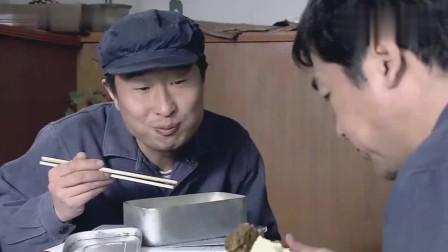 金婚:文丽来到佟志的单位想学骑车,正好赶上哥俩在吃饭
