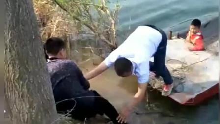 养这么大的儿子,一脚被爸爸坑的差点打水漂 网友:爸爸带娃能活着就好!