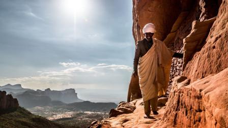 全球最艰险的上班路,他每天赤脚爬山去上班,只为了一个信仰!