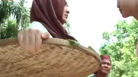 三面娜迦:村花找蛇后麻烦,男子上来劝架,没想到手上竟戴着神戒
