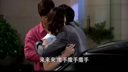 回家的欲望 :美女半夜跟情人在婆家门口约会搂搂抱抱,被丈夫当场抓到,尴尬了