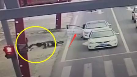 轿车突然开门 电动车车主被弹重摔倒地_