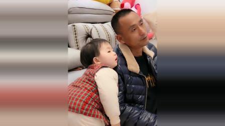 小萝莉靠在爷爷肩膀上看电视,接下来小萝莉的反应太可爱了!