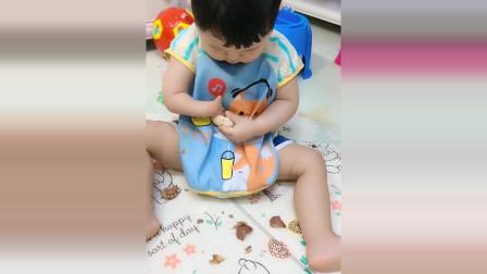 宝宝没有右手这样吃鸡蛋,接下来宝宝的反应看了很心疼!