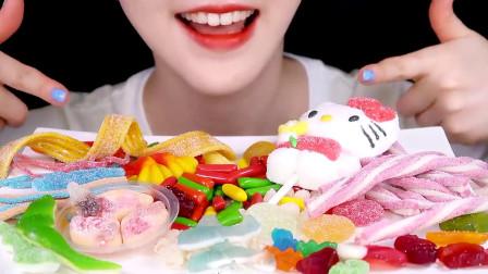 美女吃糖果大餐:时间胶囊、披萨糖和凯蒂猫棉花糖