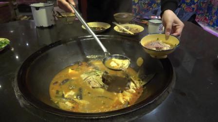 """东北特色的""""铁锅炖鱼"""",看着太有食欲了,两人吃一锅吃到撑"""