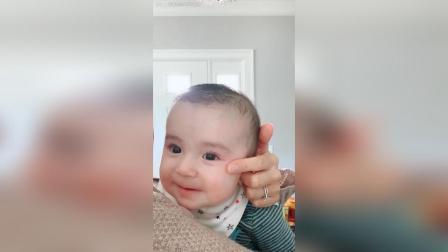 3-5个月宝宝喜欢看镜子里的人像(虽然不知道那是他自己)