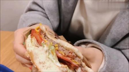 路过一家超大汉堡店,2个汉堡套餐68块8,真有那么好吃?农村也有
