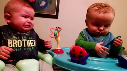萌娃:萌娃拿着勺子在玩,旁边的同伴来抢勺子,这样子真是太逗了!