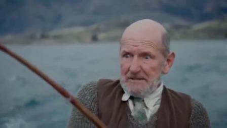 尼斯湖怪:老头划船钓鱼,没想到遇到巨物,把船都拉跑了!
