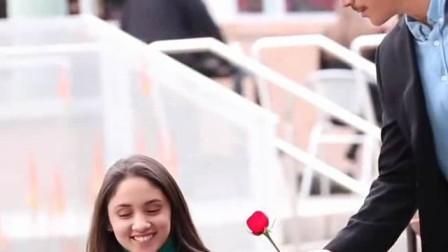 国外恶搞,男子街头给美女路人送玫瑰,收到玫瑰的妹子们都很开心