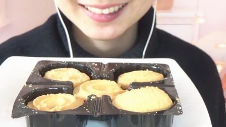 """吃货妹子吃播""""黄油曲奇饼干"""",吃完大口喝鲜牛奶,感觉好过瘾!"""