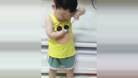 宝宝没有右手吃东西很困难,接下来宝宝的反应看了很心疼!