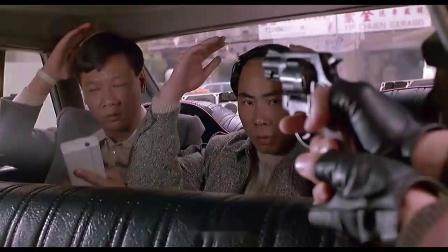 假装碰瓷,下一秒掏出手枪,俩亡命徒顿时懵了,这次难跑了