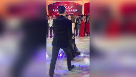 """看看这是哪两位再""""牵手""""? 有人说, 这样的舞蹈比赛场里的更好看"""
