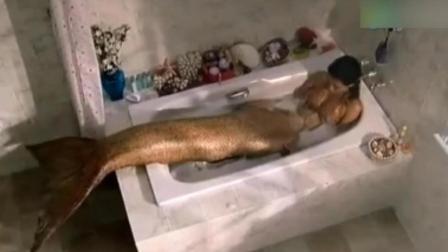 美女是来自鱼人族, 一碰水就变成美人鱼