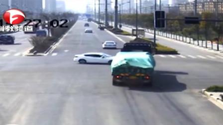 明光:轿车抢行转弯, 遭大货车猛撞