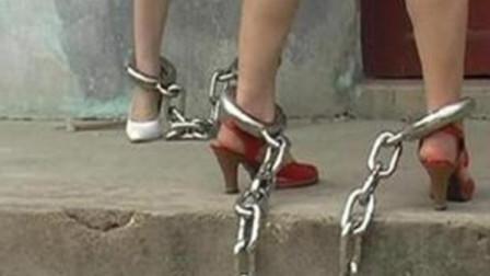 女犯人带沉重的脚镣,如何换贴身内裤?说出来你都不敢信