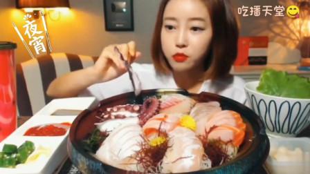 吃播:韩国大胃王吃海鲜寿司,一大口一大口的吃下去,配上蘸料美味极了,每一口都换着花样吃
