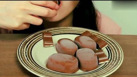 小姐姐吃播:吃巧克力脆皮冰淇淋,吃起来透心凉,感觉很过瘾呀