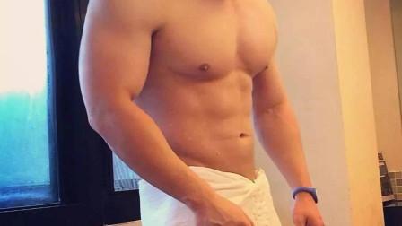 性感成熟肌肉男在宾馆脱下浴袍!您的客房服务到了!