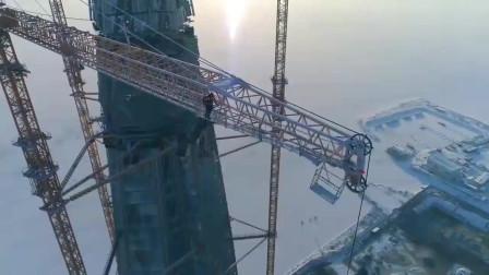 建造一座参天大楼,真佩服这位塔吊司机,年薪得有几十万吧