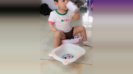 小宝宝自己学着刷牙,接下来宝宝的反应太厉害了!