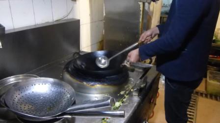 年轻的老板以为厨师炒菜挺简单,自己上灶发现翻不来锅