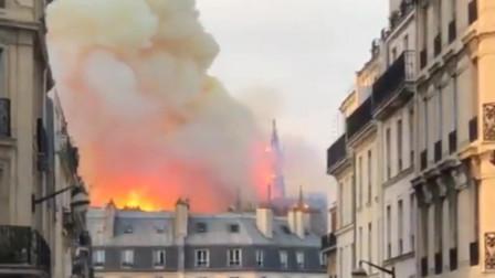 法国巴黎圣母院大教堂着火,塔尖倒塌,路人低吟圣歌祈祷