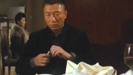 男子吹掉毒贩的粉,吸了自己带来的,让对方信以为真