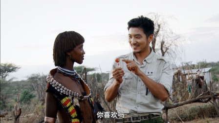 中国小伙原始部落邂逅非洲美女,傍晚送她回家,还送糖果做礼物