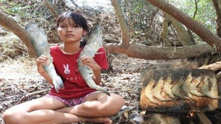 荒野石板烤大虾,瞧表妹吃得多带劲!