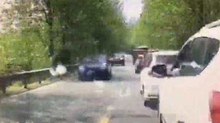 【重庆】男子驾车先与前车追尾 后又与对向来车相撞