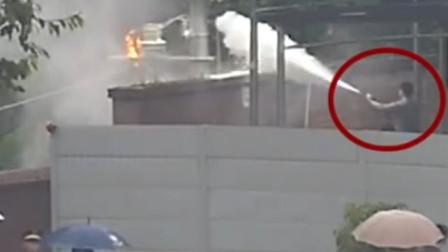 【重庆】巡逻遇高压变电器自燃 民警拿起灭火器抢险灭火