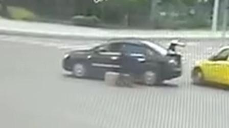 【重庆】运送的空调路口处掉落 后车司机搬上车就跑