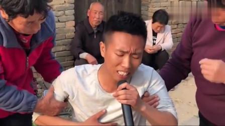 农村小伙演唱《想念妈妈》,唱的太感人,旁边的大妈都被感动哭了
