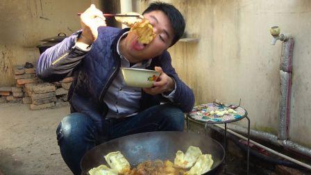 两斤鸡肉,一斤面,这样的地锅鸡吃货根本无法抗拒,配上大蒜,大sao一人吃一锅,太馋人了