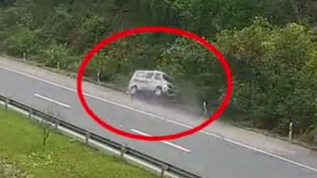 【重庆】老人驾车高速上爆胎 车辆旋转180°侧翻路边