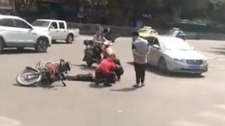 【重庆】摩托车与三轮车相撞 摩托车驾驶员受伤倒地头盔碎裂